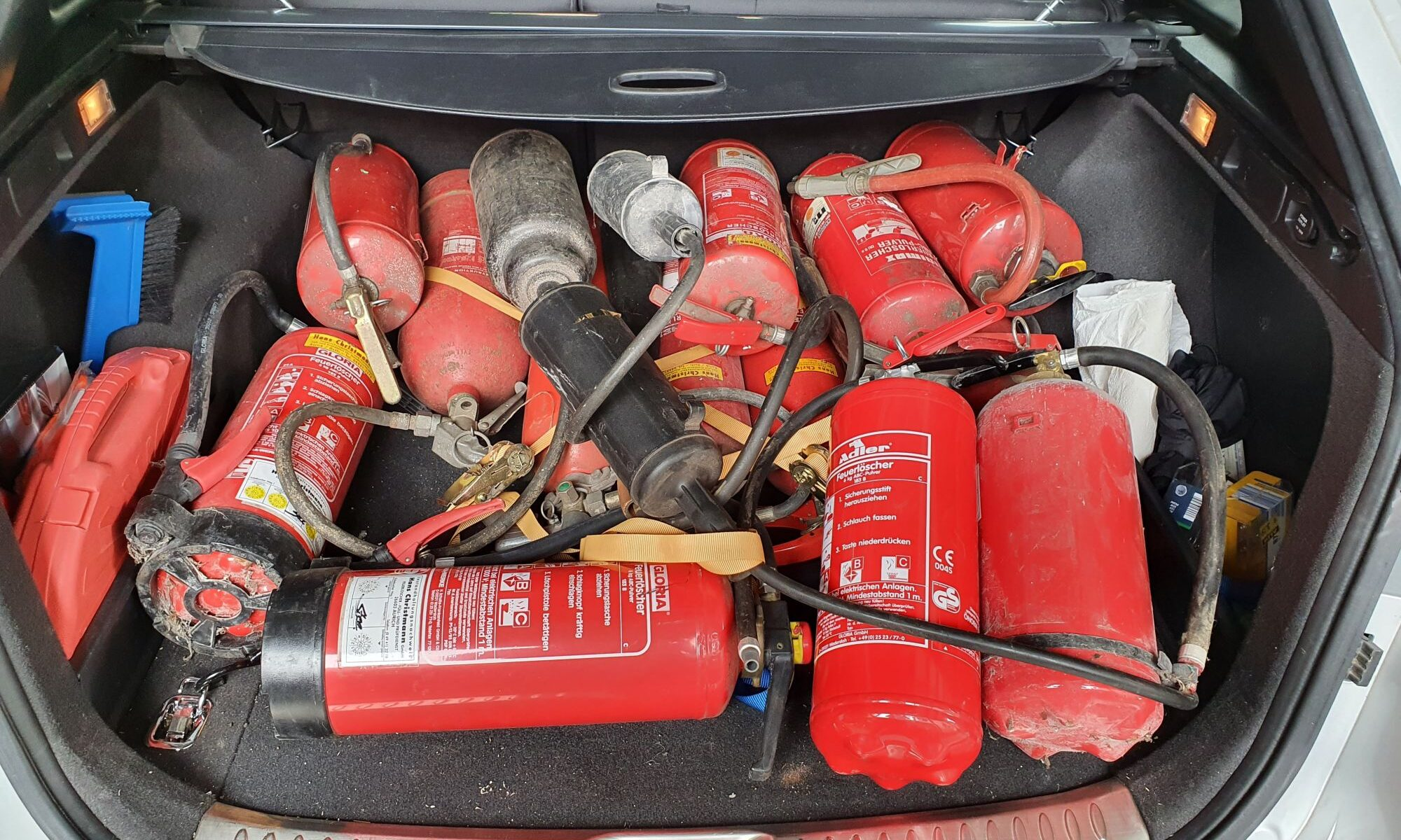 EIn Kofferraum voller Feuerlöscher