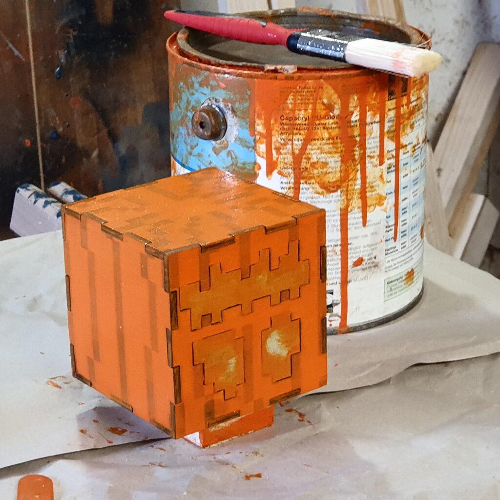 Firsch gestrichene Jack O'Lantern, in Müllautoorange