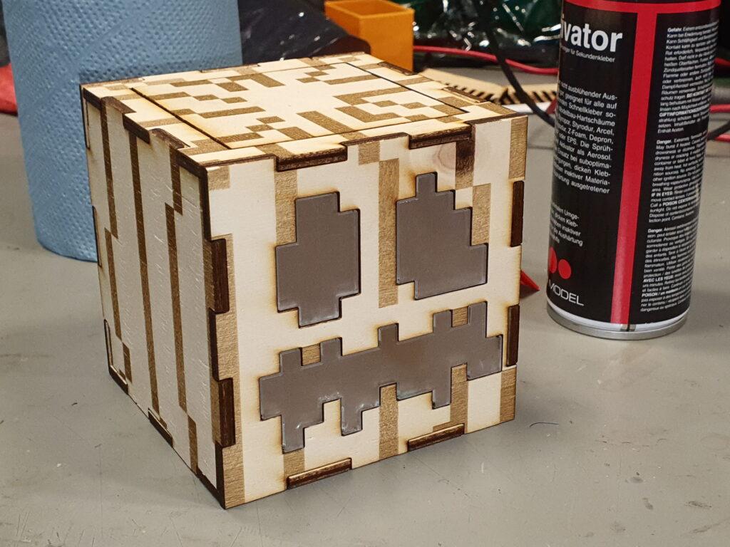 Fertig zusammengebaute Minecraft Jack O'Lantern aus Sperrholz und Acryl