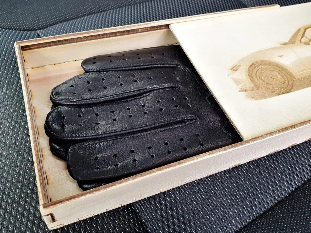 Geschenkverpackung mit schwarzen Handschuhen