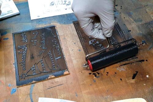 Sattes schwarz auf altem Linoleum