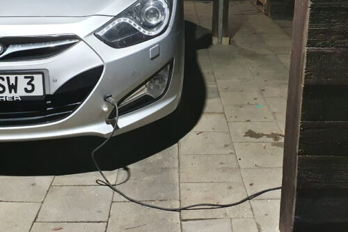 Das ist kein Elektroauto. Elektrisch ist nur die Vorheizung des Dieselmotors.