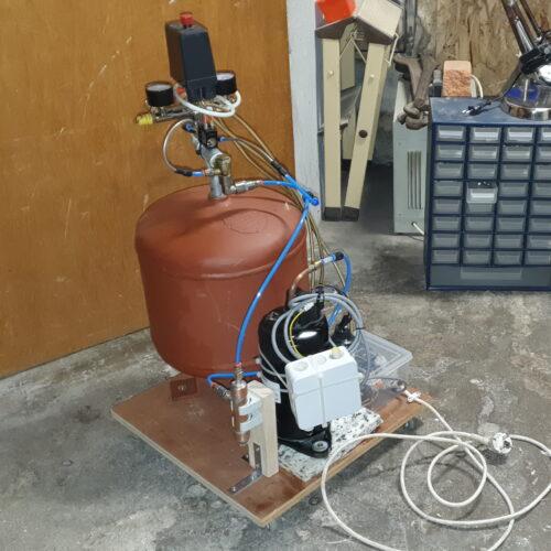 Der fertige Kompressor mit Drucktank auf seinem Rollbrett. Wirre Verschlauchung inklusive.